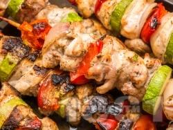 Пилешки шишчета на скара със зеленчуци - лук, тиквичка и чери домати - снимка на рецептата